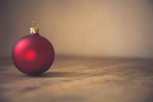 XMAS-bauble-red-ornament-decorating-unsplash